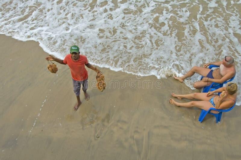卖旅游业项目的人在海滩 免版税库存图片