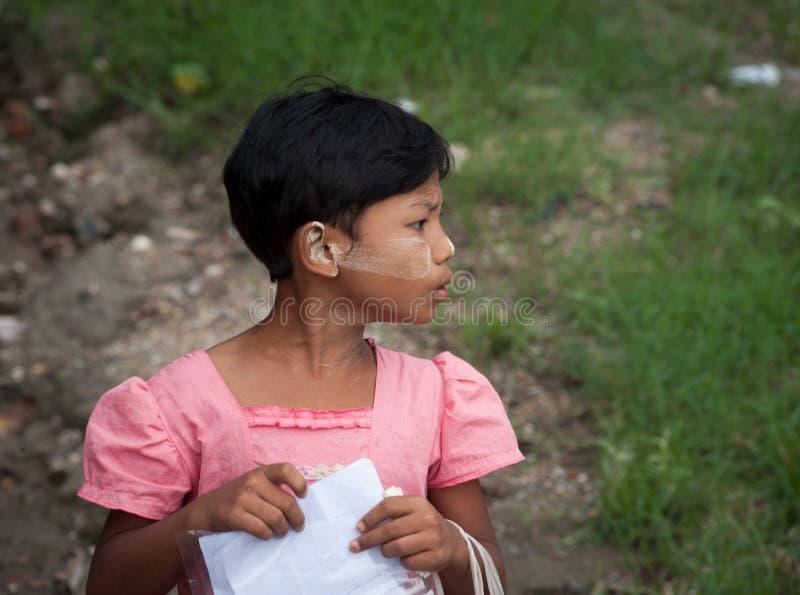 卖明信片的缅甸女孩在Bagan 免版税库存照片