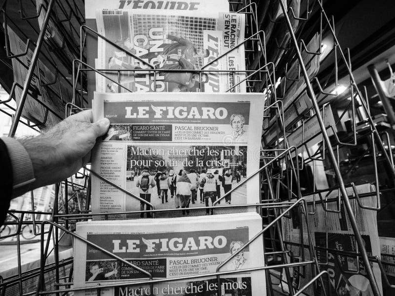 卖最新的费加罗报人购买新闻波尔布特的法国邮政报刊亭 图库摄影