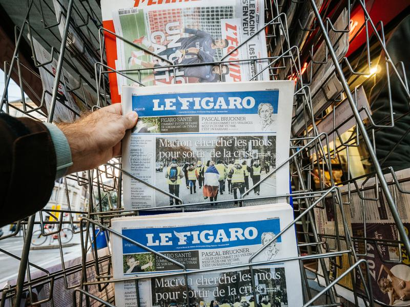 卖最新的费加罗报人购买新闻波尔布特的法国邮政报刊亭 库存图片