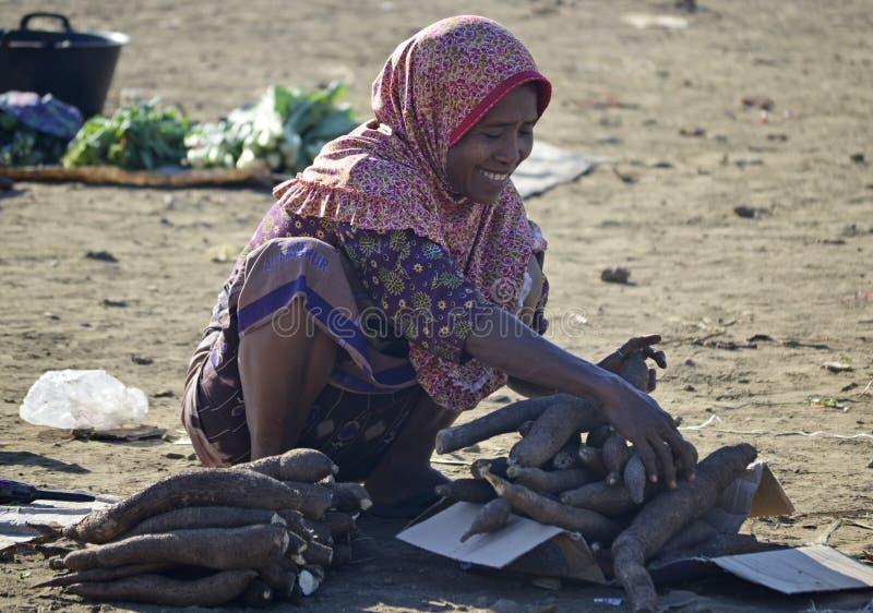 卖木薯的妇女 免版税图库摄影