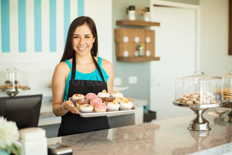 Download 卖杯形蛋糕的华美的妇女 库存图片. 图片 包括有 餐馆, 烘烤, 眼睛, 细菌学, 食物, beautifuler - 59109891