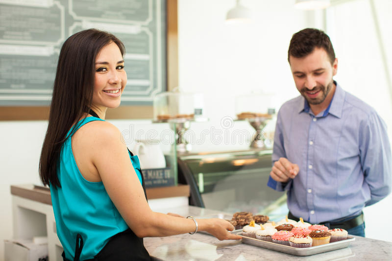 Download 卖杯形蛋糕的美丽的妇女 库存图片. 图片 包括有 复制, 成人, 联络, 查找, 消费者, 松饼, 眼睛 - 59109851
