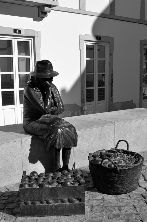 卖果子的夫人的雕象 免版税库存图片