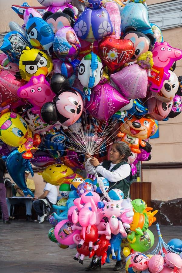 卖气球的老妇人 库存图片