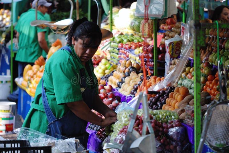 卖水果和蔬菜的妇女 免版税库存图片