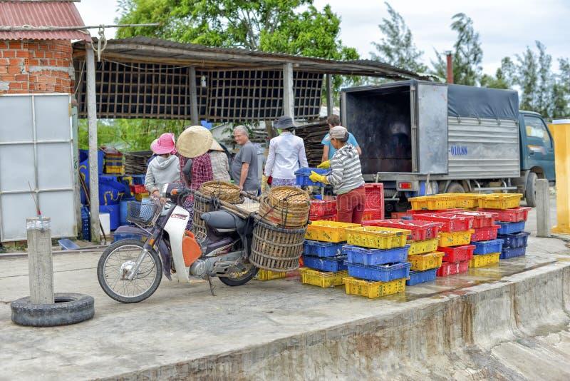 卖海鲜,会安市,越南 免版税库存照片
