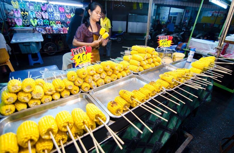 卖烤玉米的市场妇女。 图库摄影