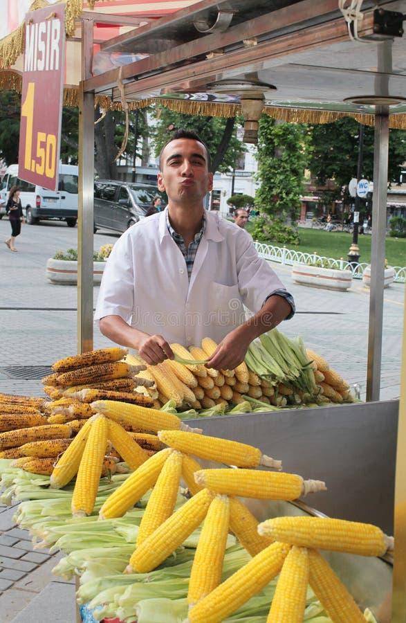卖玉米的摊贩。伊斯坦布尔 免版税库存照片