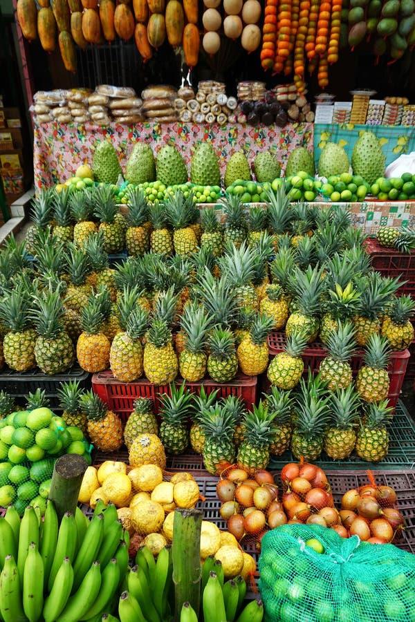 卖的新鲜水果品种在市场上在桑坦德,哥伦比亚 免版税库存图片