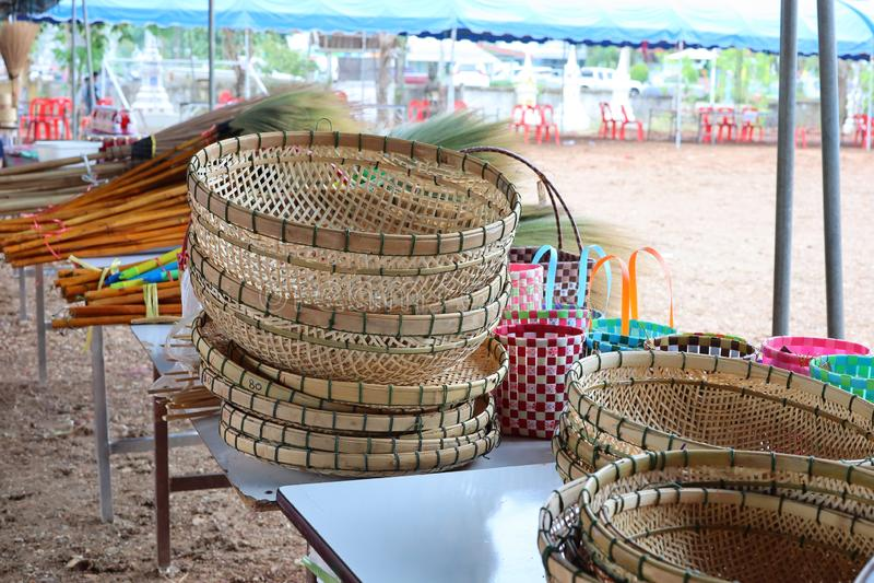 卖篮子,在泰国的葡萄酒样式的手工制造柳条筐的商店 免版税库存照片