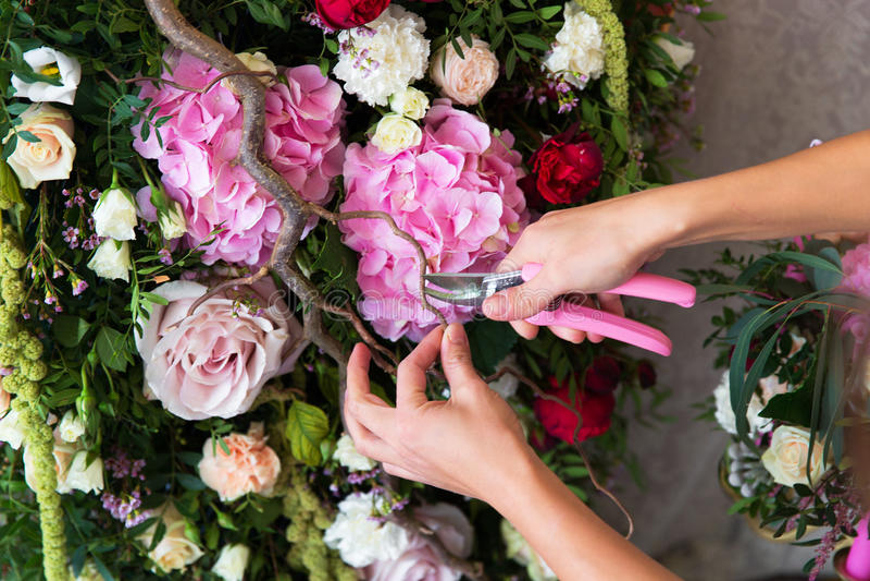 卖花人在工作 做春天花卉装饰的妇女wedd 库存图片