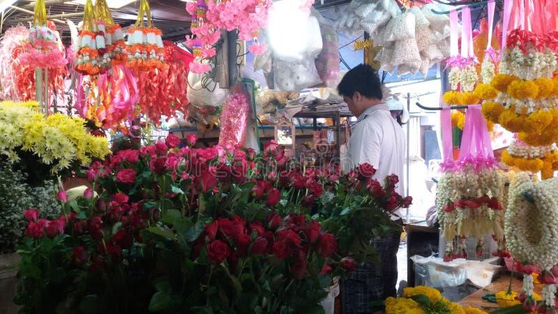 卖花人在新鲜市场,素林,泰国上 免版税库存图片