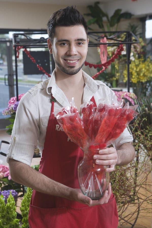 卖花人藏品干红色花在商店 库存照片