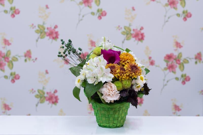 卖花人设计了花束 图库摄影