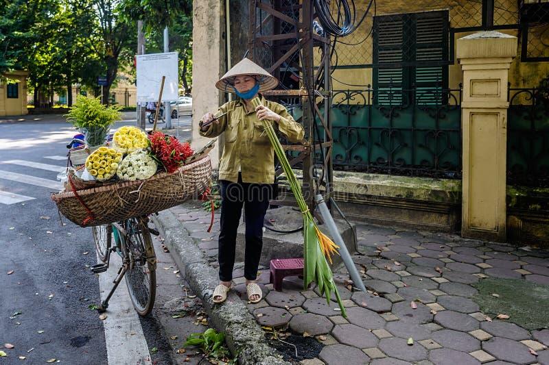 卖花的妇女在河内 免版税图库摄影