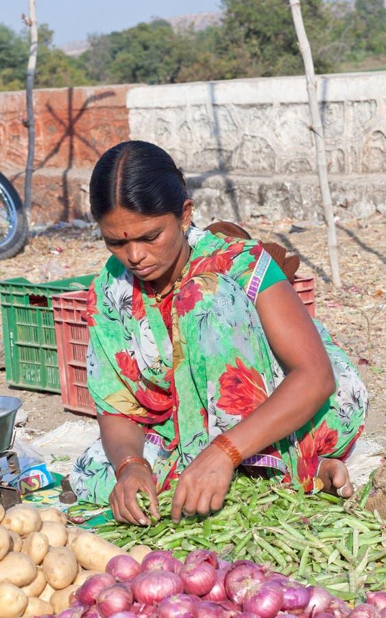 卖菜的印地安妇女在地方市场上 免版税库存图片