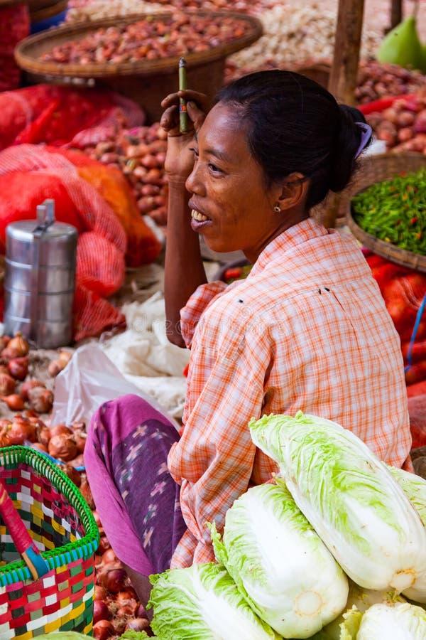 卖菜的缅甸妇女在一个地方街市上 图库摄影