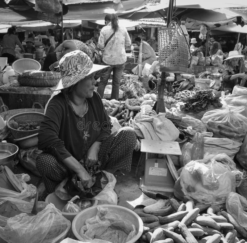 卖菜的高棉妇女在市场上在Kep镇,柬埔寨 免版税图库摄影