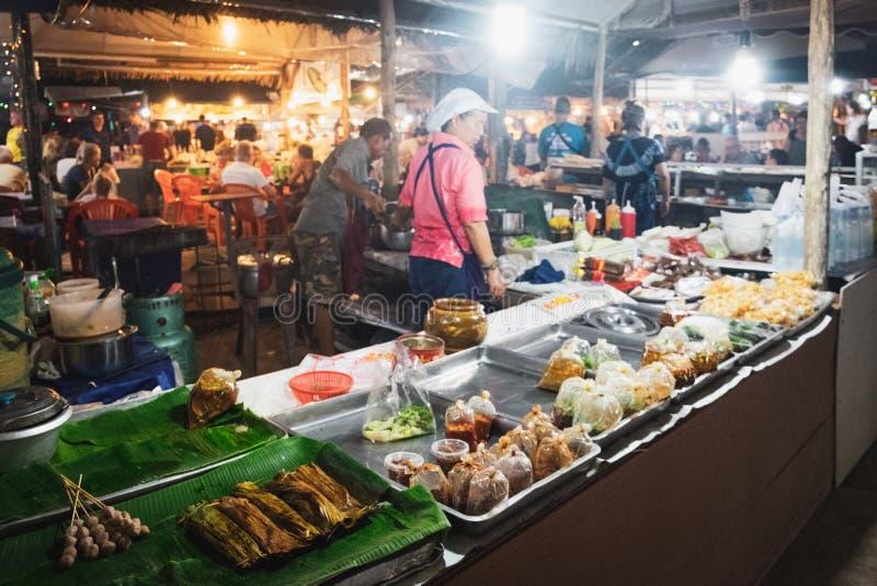 卖街道食物的泰国妇女在夜市 免版税库存照片