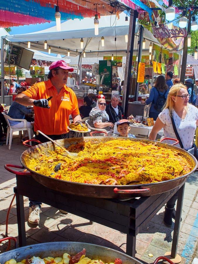 卖西班牙肉菜饭的厨师在一个烹饪市场 库存照片
