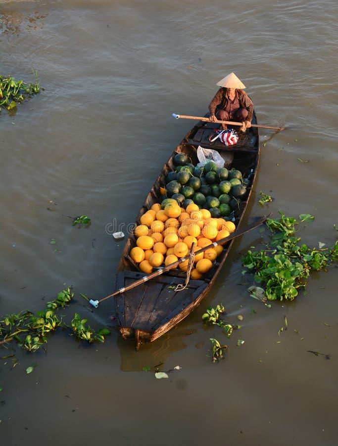 卖西瓜的妇女在Nga Nam浮动市场上在绍奇董里,越南南方 免版税图库摄影