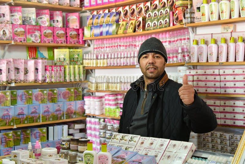 卖身体关心产品的摩洛哥店主 免版税库存图片