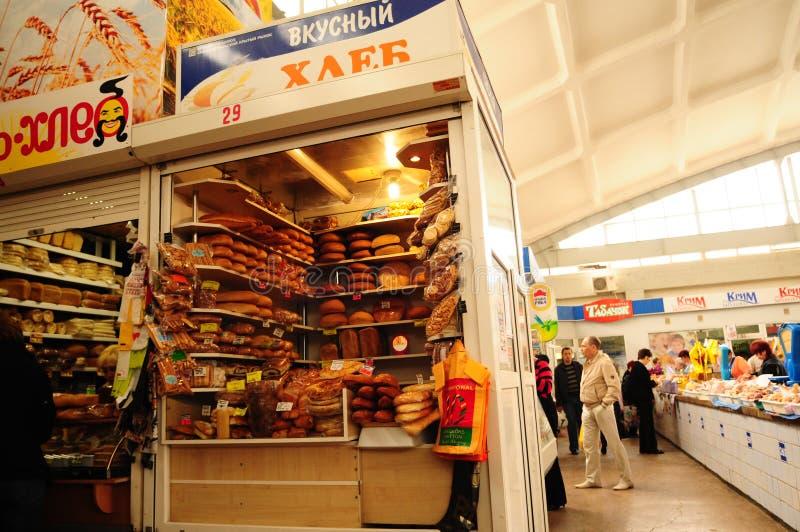 卖面包在辛菲罗波尔市场上 克里米亚,乌克兰 免版税库存图片