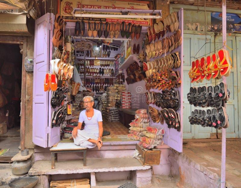 卖鞋子的巨大的品种摊贩由路旁 库存照片