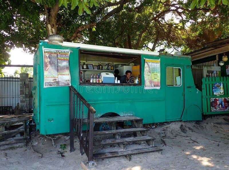 卖食物和饮料在Coki海滩的食物卡车在圣托马斯,美国维尔京群岛 免版税库存照片