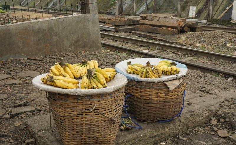 卖香蕉作为在茂物拍的印度尼西亚` s喜爱的热带水果照片 免版税库存照片