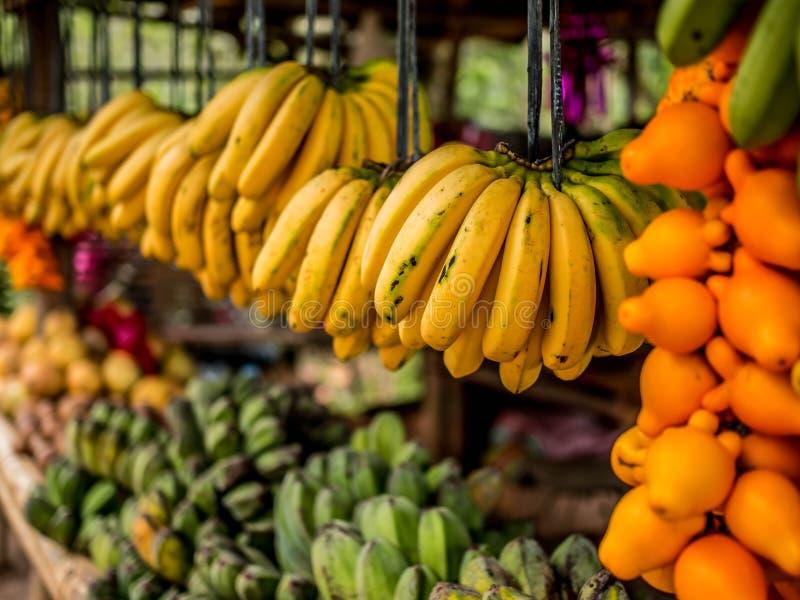 卖香蕉和其他热带水果的水果摊 免版税库存图片