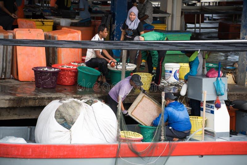 卖鱼的渔夫在码头 库存照片