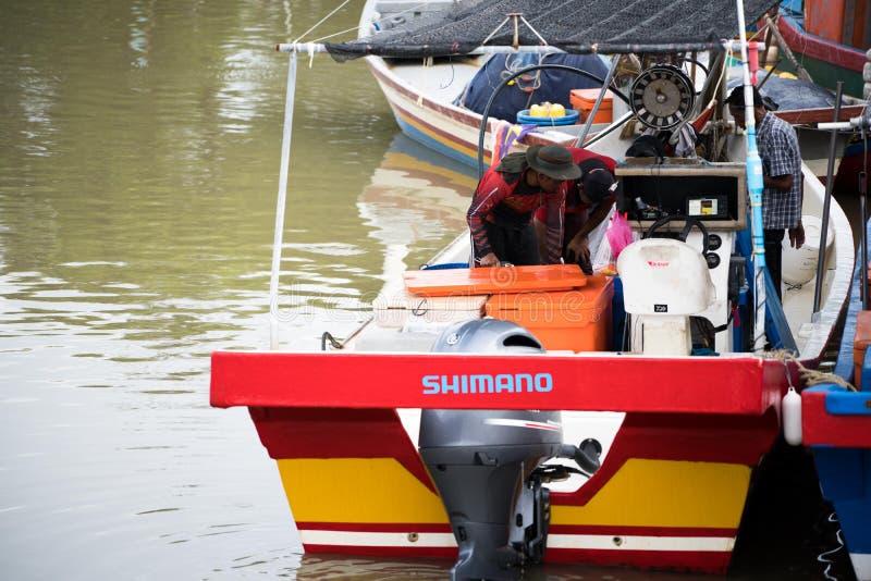 卖鱼的渔夫在码头 免版税库存图片