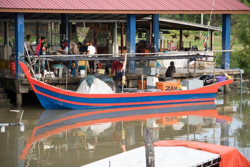 卖鱼的渔夫在码头 免版税图库摄影