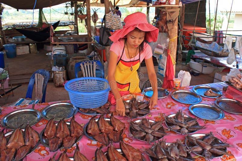 卖鱼,泰国的女孩 免版税库存照片