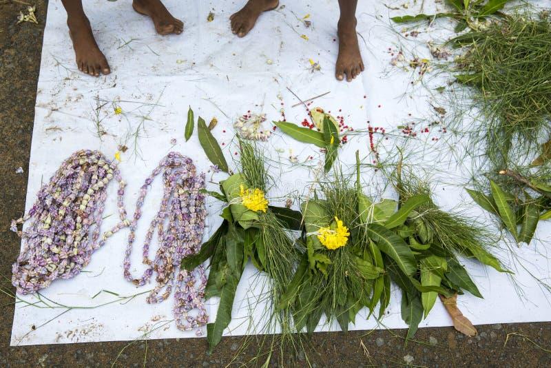 卖鲜花,菜,果子,献身者的伞的供营商能保佑印度神Ganesh在地方市场上在第一天 库存图片