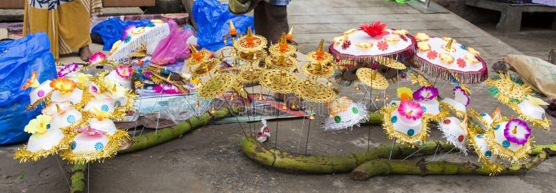 卖鲜花,菜,果子,献身者的伞的供营商能保佑印度神Ganesh在地方市场上在第一天 库存照片