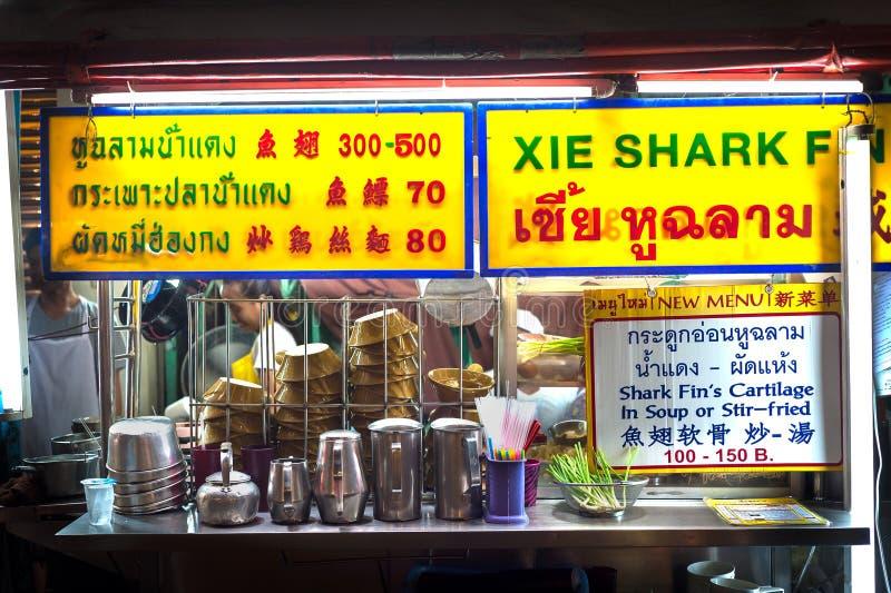 卖鲨鱼飞翅汤的曼谷街道食物摊位在Yaowarat夜市场,唐人街,曼谷上 免版税图库摄影