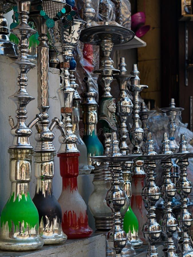卖水烟筒(水管子)的商店在老开罗, 免版税库存照片