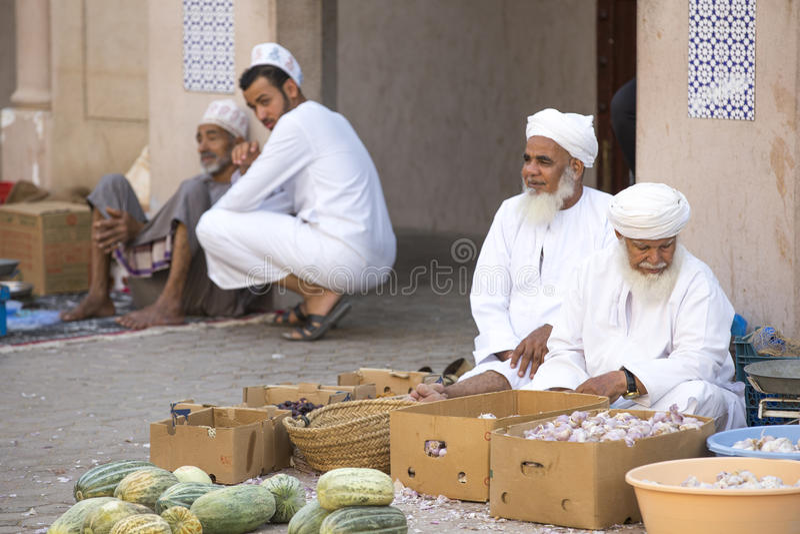 卖他们的产物的老阿曼人在街市上 免版税库存图片