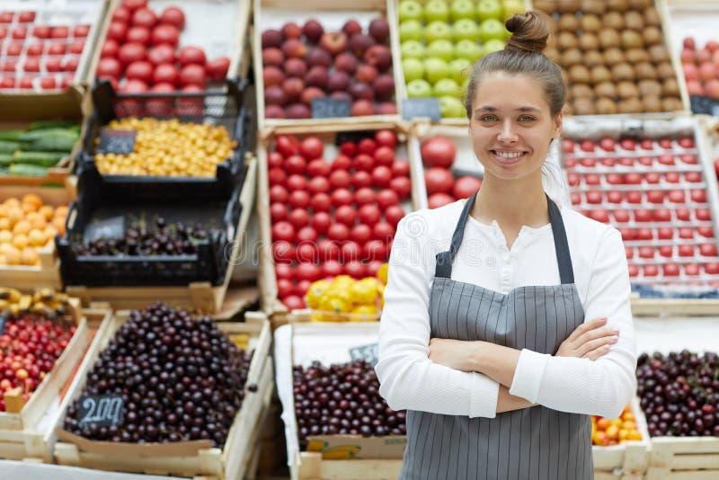 卖Friuits和Vegetatbles的妇女 免版税库存照片