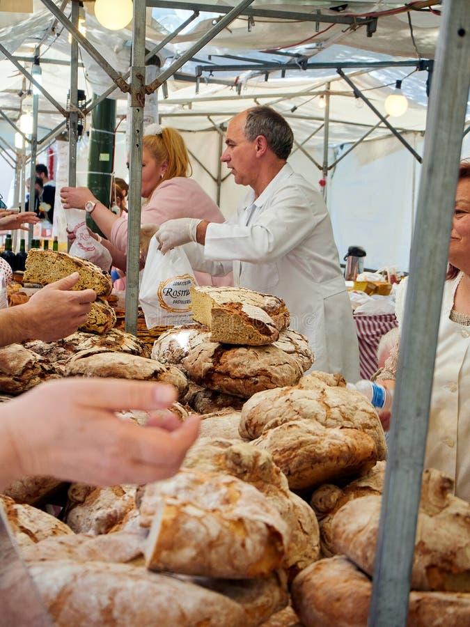 卖Hogazas,典型的西班牙面包大面包的面包师 免版税库存照片