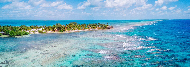南伯利兹堡礁的水Caye热带海岛空中寄生虫视图  免版税库存图片