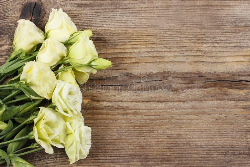 南北美洲香草花花束在木桌上的 免版税库存照片