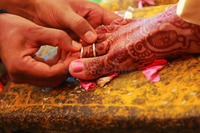 南印地安婚礼仪式、印地安婚礼仪式新娘和新郎有婚礼背景 免版税库存照片