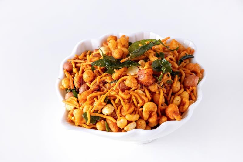 南印度辣嘎吱咬嚼的混合Nimco或被隔绝的Namkeen白色碗背景 库存照片