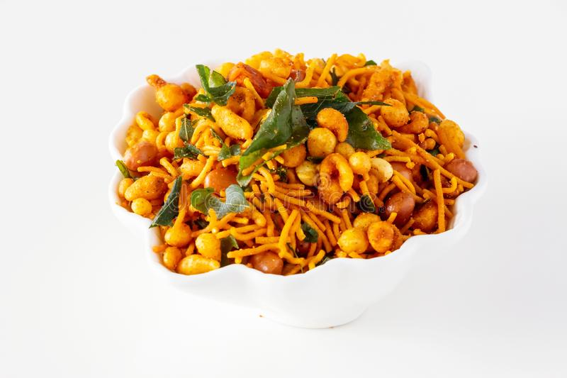 南印度辣嘎吱咬嚼的混合Nimco或被隔绝的Namkeen白色碗背景 免版税库存照片
