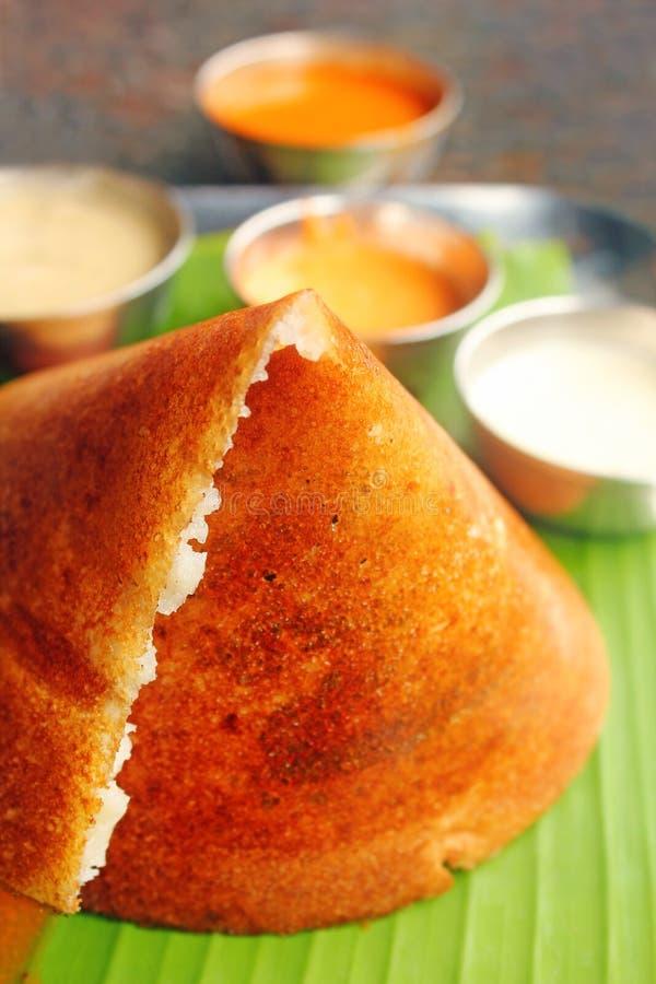 南印第安在白色的食物Masala Dosa和酸辣调味品 库存照片