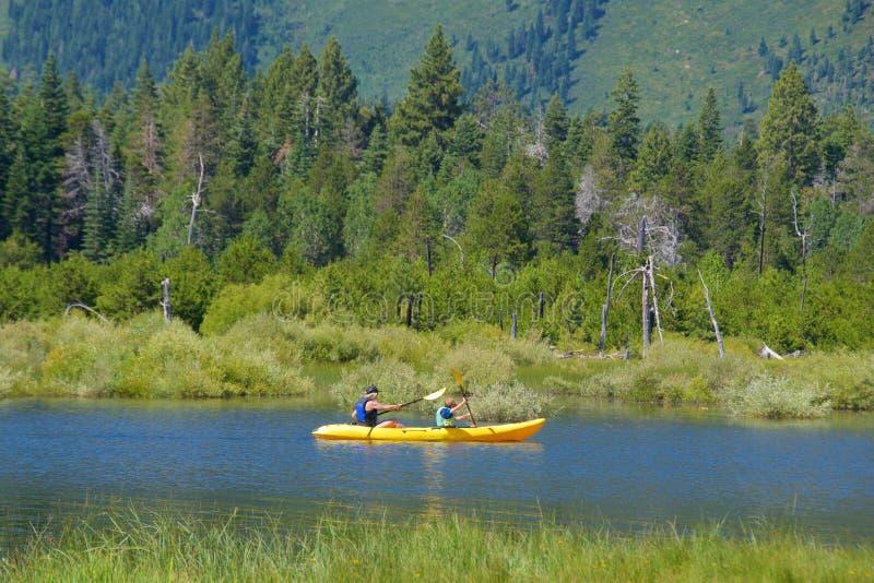 南太浩湖,加利福尼亚- 2017年8月:划皮船在湖的人在南太浩湖,加利福尼亚 图库摄影